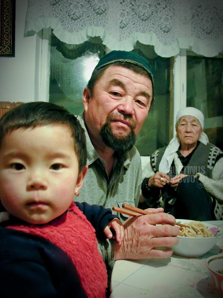 kyrgyzstan-2006-tokmok-chinese-dungan-muslim-family