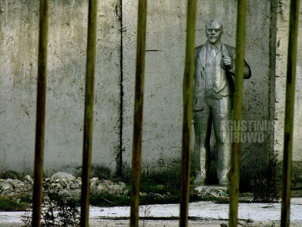 kyrgyzstan-2006-toktogul-lenin-statue-bars