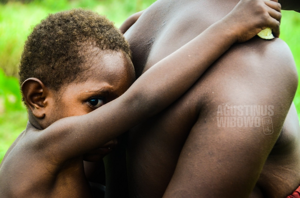 papua-new-guinea-2014-western-province-ber-boy-mother-fear-love