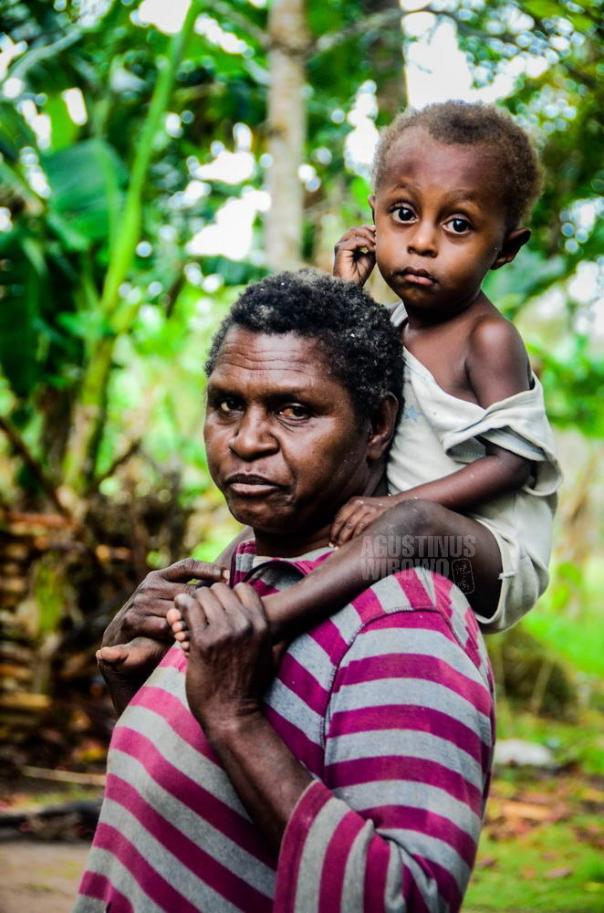 papua-new-guinea-2014-western-province-ber-mother-waiting-son
