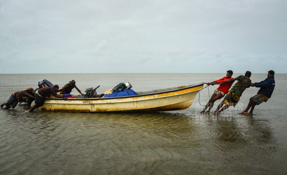 papua-new-guinea-2014-western-province-tais-boat-beach-sand-bank-low-tide-men