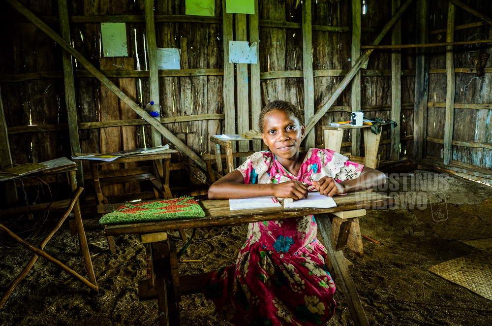 papua-new-guinea-2014-western-province-tais-school-girl-study