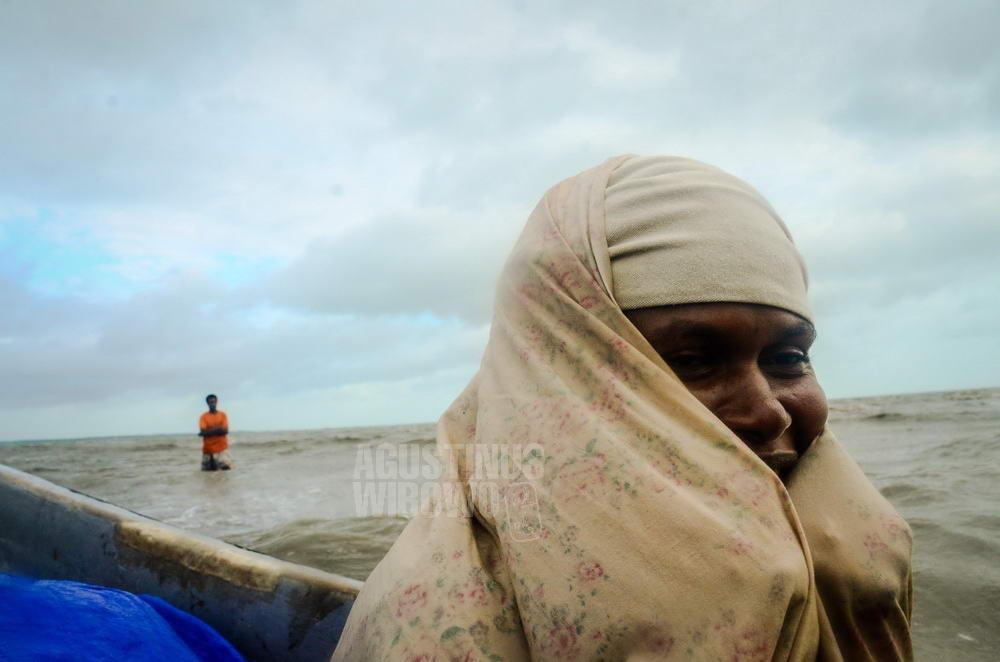 papua-new-guinea-2014-western-province-tais-sisi-woman-sea