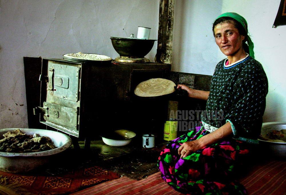 tajikistan-2006-gbao-breadwinner