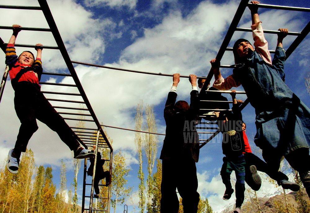 tajikistan-2006-gbao-langar-school-student-reaching-hope