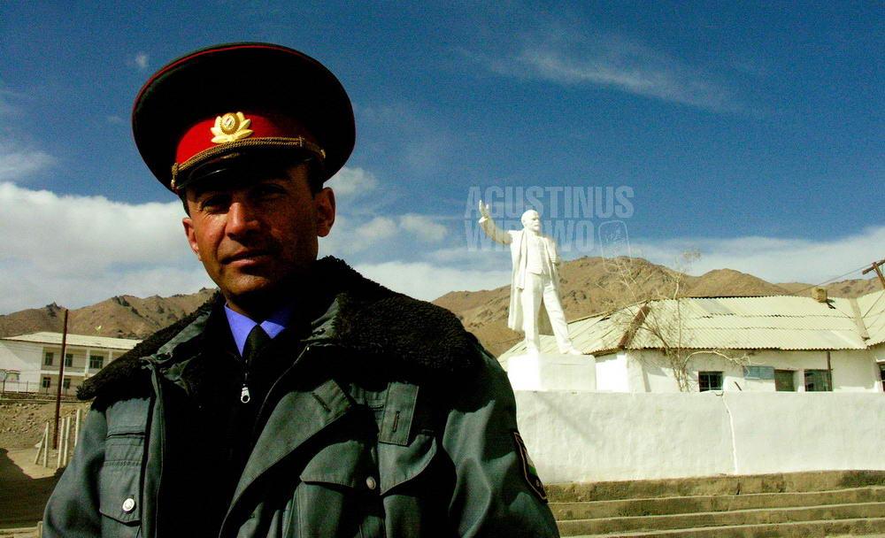 tajikistan-2006-gbao-police-and-lenin