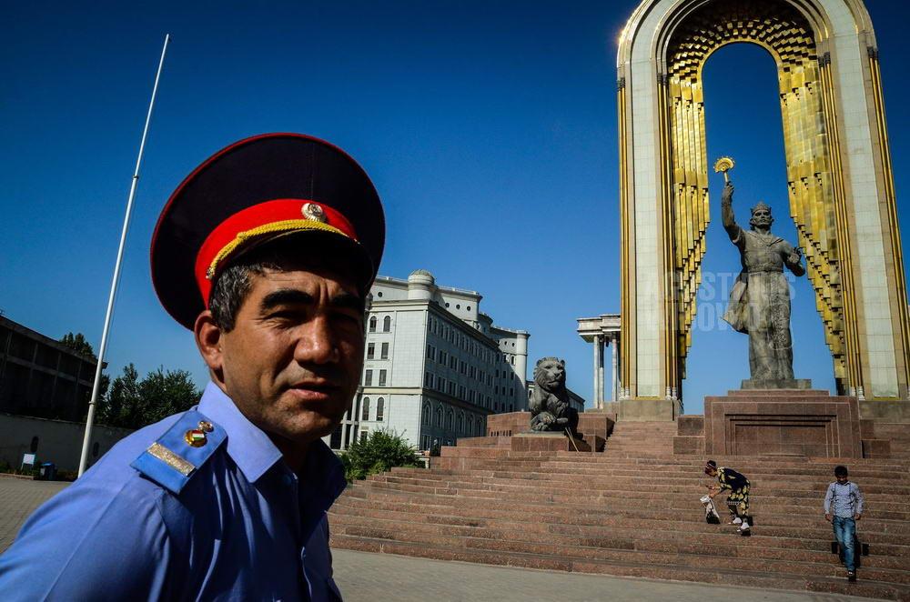 tajikistan-2015-dushanbe-police-ismail-somoni-statue