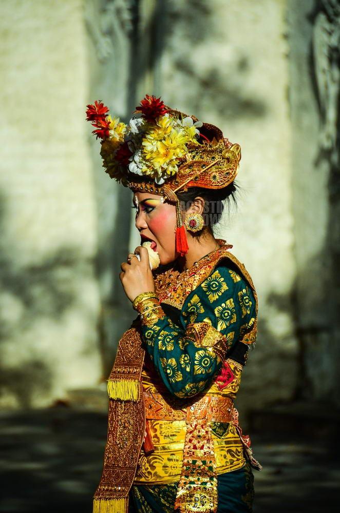 indonesia-2008-bali-traditional-dancer-icecream