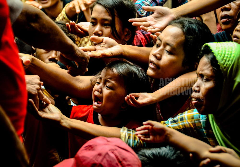 indonesia-2014-jakarta-chinese-new-year-beggars-hand