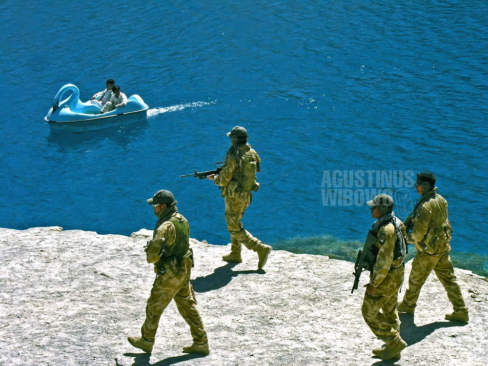 afghanistan-2006-bamiyan-band-e-amir-isaf-soldiers-lake