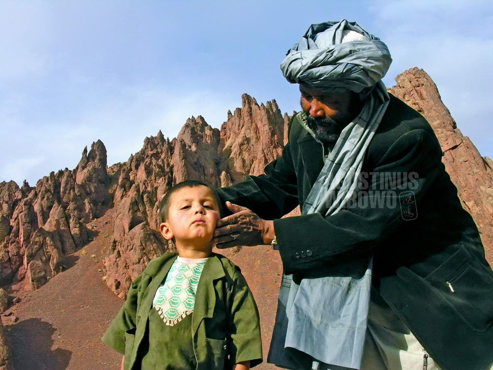 afghanistan-2006-bamiyan-shahtu-pass-boy-father