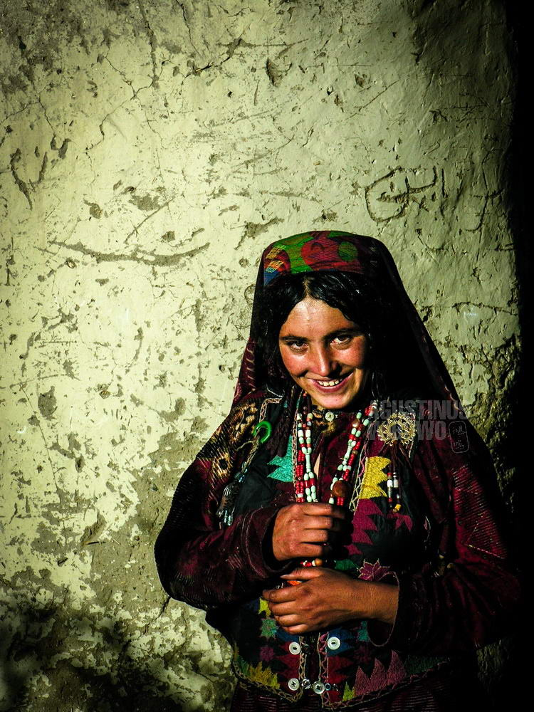 afghanistan-2006-wakhan-woman-house-front-traditional-dress
