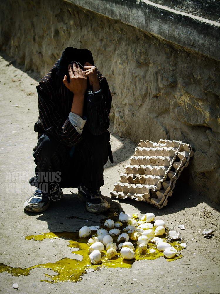 afghanistan-2007-kabul-broken-eggs-boy-street