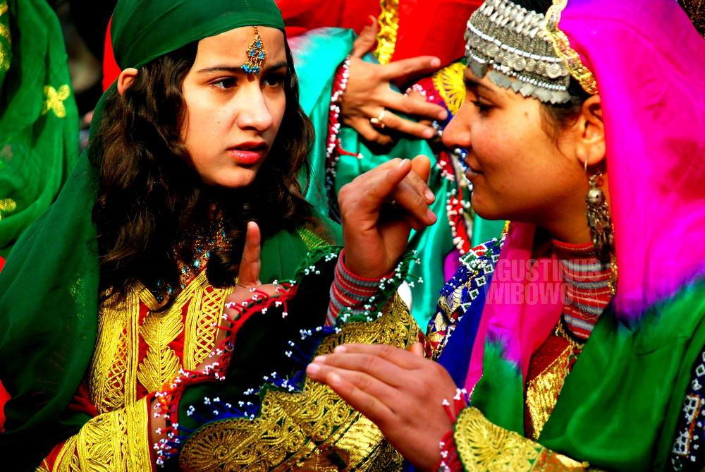 afghanistan-2007-kabul-girl-traditional-costume-sign-language
