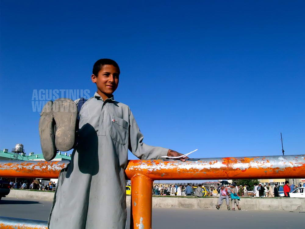 afghanistan-2007-kabul-shoe-polish-boy