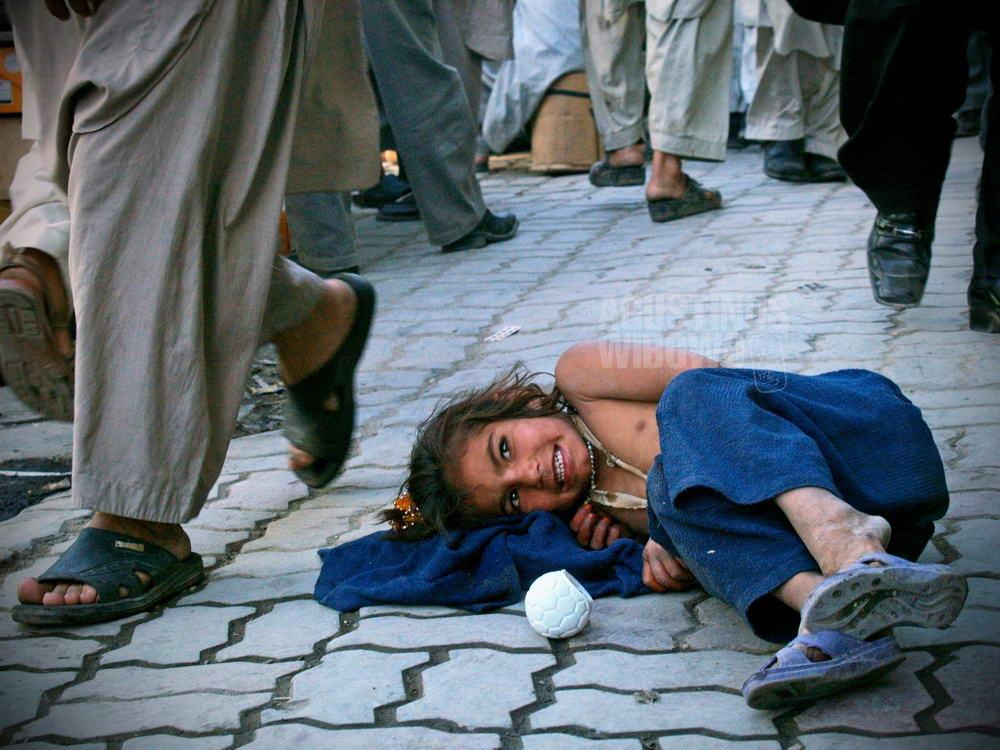 afghanistan-2007-kabul-street-children-girl-sleeping-smile
