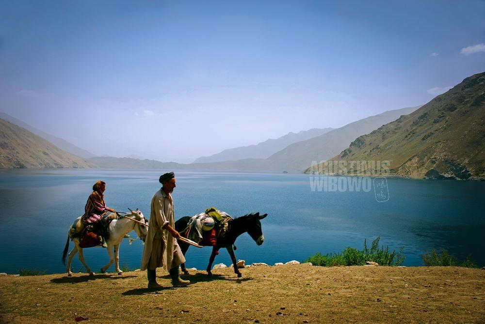 afghanistan-2008-badakhshan-shewa-lake-man-woman-traveling
