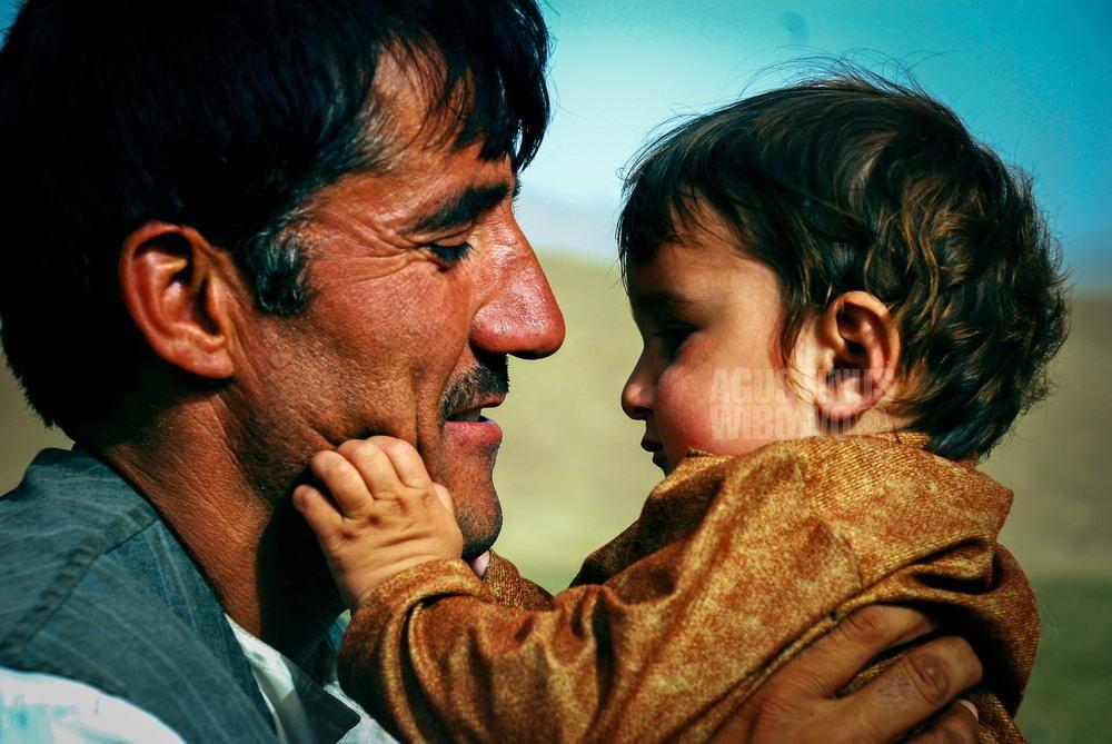 afghanistan-2008-badakhshan-uzbek-kuchi-nomad-man-baby-love