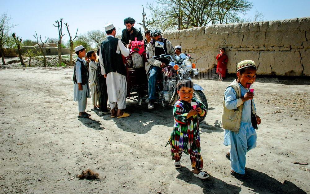 afghanistan-2008-balkh-daulatabad-turkmen-children-ice-cream