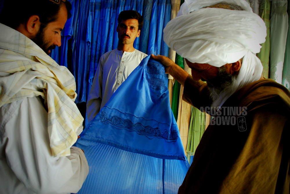 afghanistan-2008-herat-men-buying-burqa-women