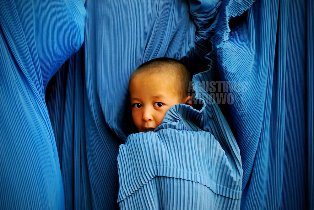 afghanistan-2008-kabul-boy-burqa-mother-hiding