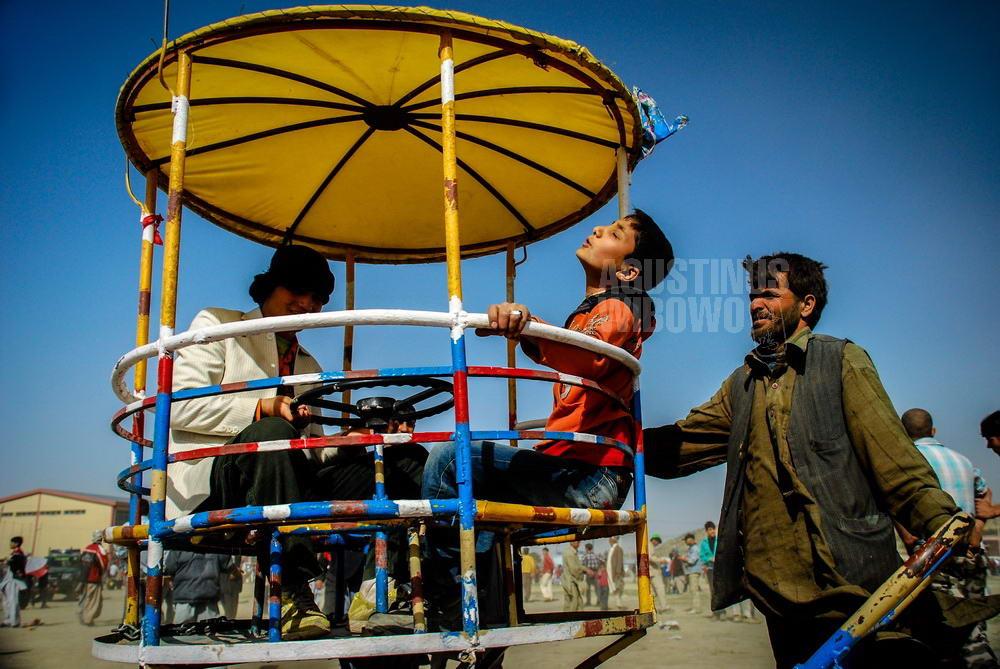 afghanistan-2008-kabul-naoruz-boys-carousel-happy