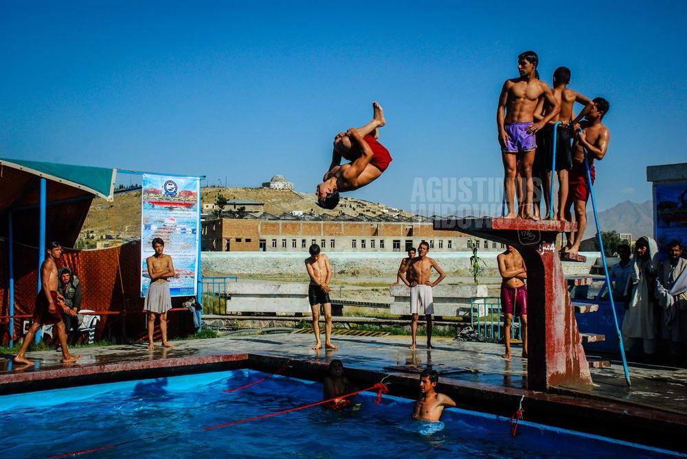 afghanistan-2008-kabul-swimming-pool-boys