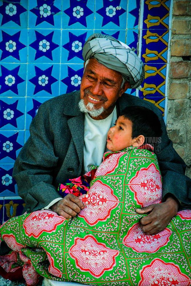 afghanistan-2008-mazar-sharif-naoruz-man-sick-son