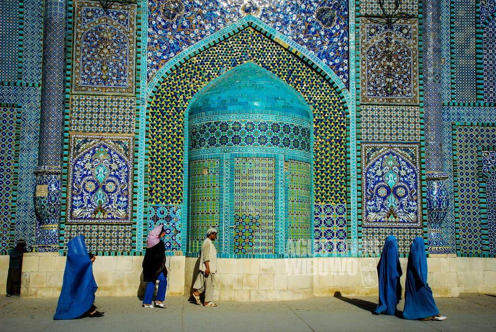 afghanistan-2008-mazar-sharif-naoruz-women-burqa-maoseleum-architecture