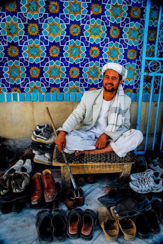 afghanistan-2008-mazar-sharif-shoekeeper-maoseleum-proud