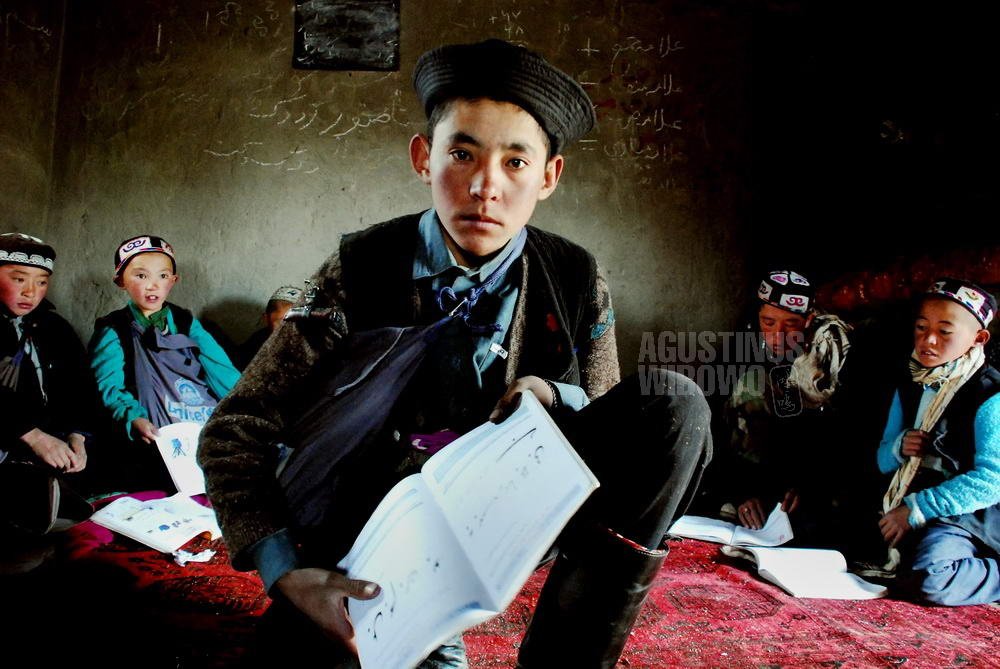 afghanistan-2008-pamir-boy-school
