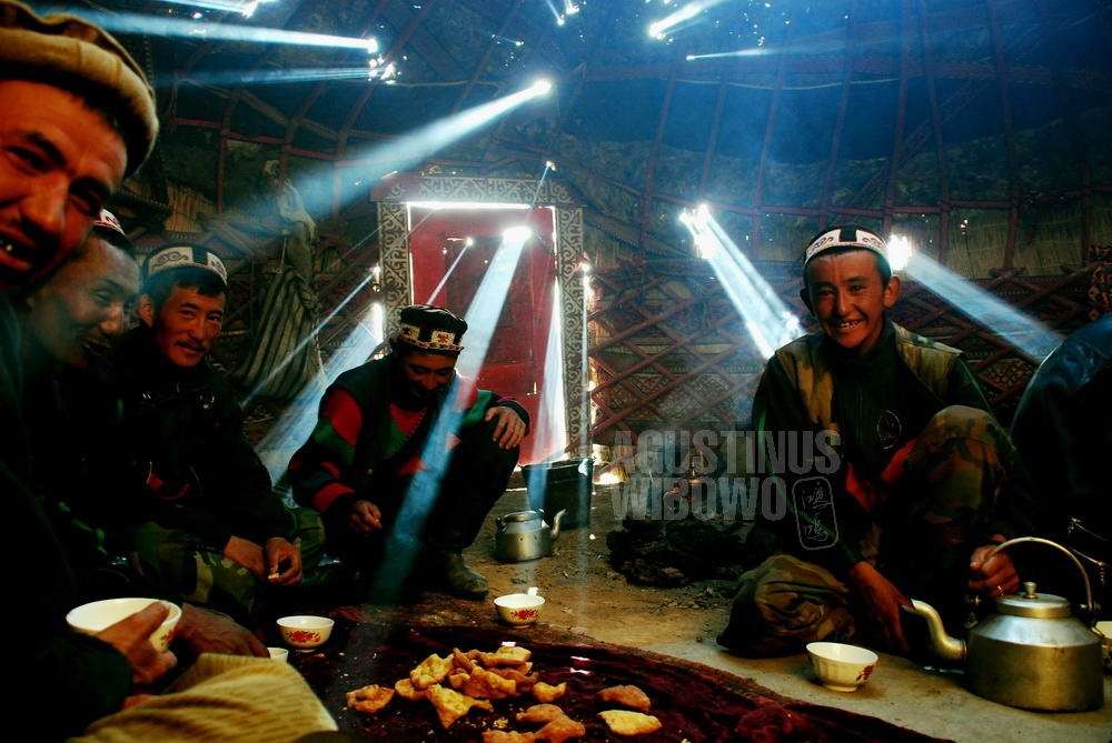 afghanistan-2008-pamir-breakfast-in-yurt-lighting
