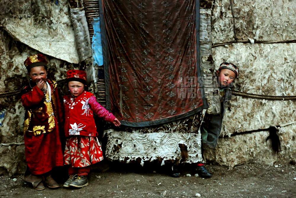afghanistan-2008-pamir-children-yurt