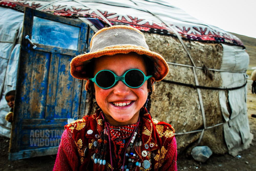 afghanistan-2008-pamir-girl-yurt-sunglass
