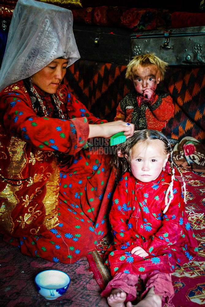 afghanistan-2008-pamir-mother-children-comb-beauty-beast