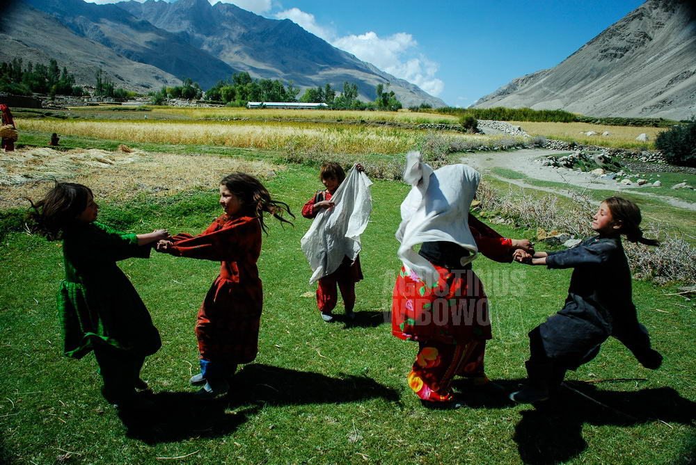 afghanistan-2008-wakhan-kret-girls-playing-field