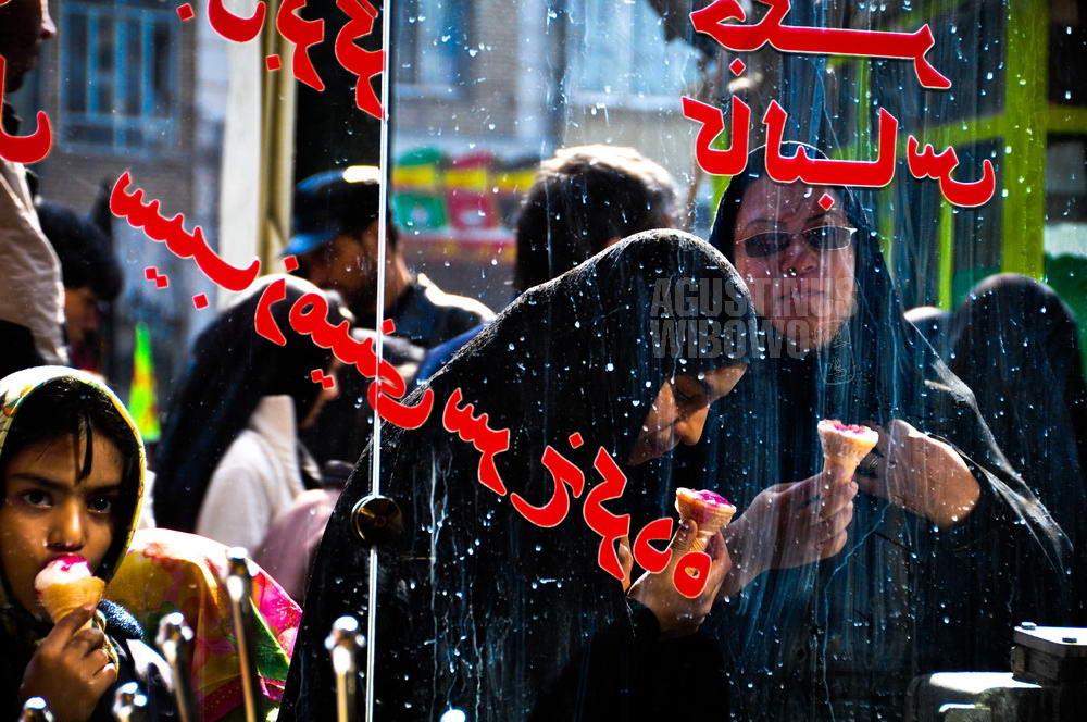 iran-2009-mashhad-women-ice-cream