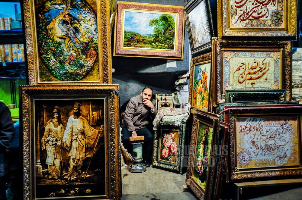 iran-2009-tabriz-man-in-paintings