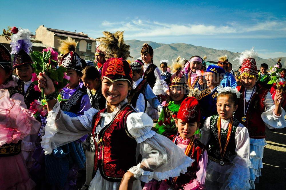 mongolia-2009-bayan-olgii-kazakh-children-traditional-carnival