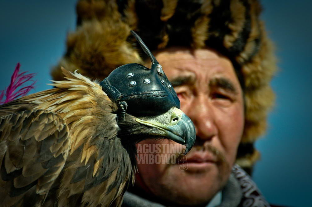mongolia-2009-bayan-olgii-kazakh-eaglehunter-portrait