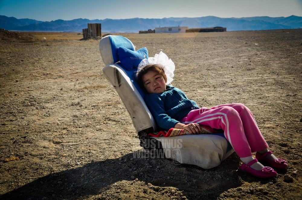 mongolia-2009-bayan-olgii-kazakh-girl-rest