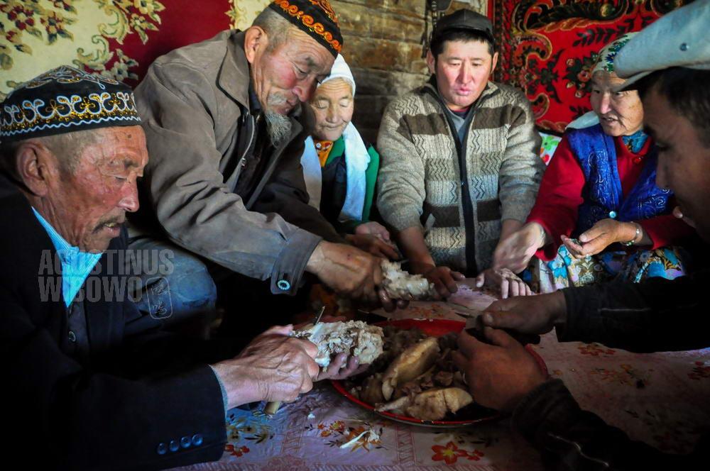 mongolia-2009-bayan-olgii-kazakh-man-meat-eating