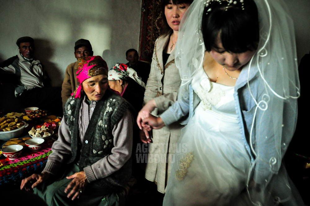 mongolia-2009-bayan-olgii-tsengel-kazakh-wedding-bride
