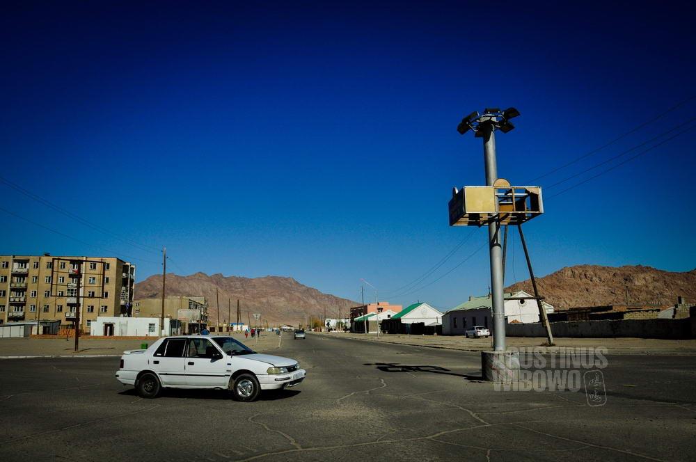 mongolia-2009-khovd-city-scene-traffic-light-car