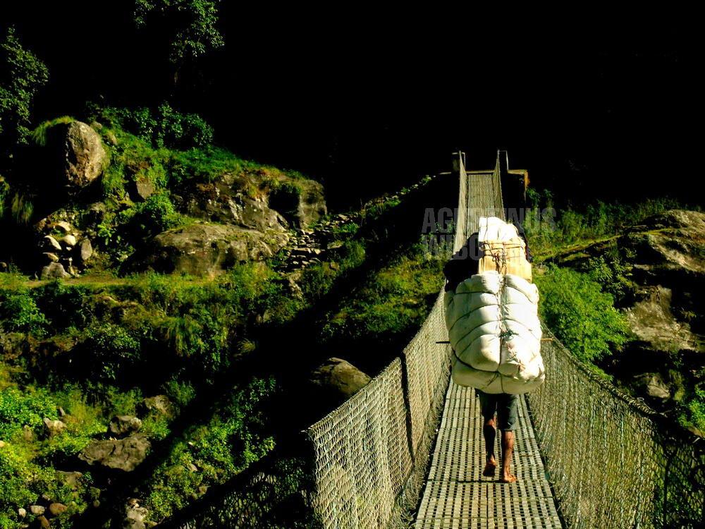 nepal-2005-annapurna-circuit-trekking-porter-bridge