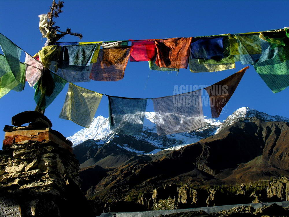 nepal-2005-annapurna-circuit-trekking-snow-mountain-himalaya-tibetan-prayers-flag