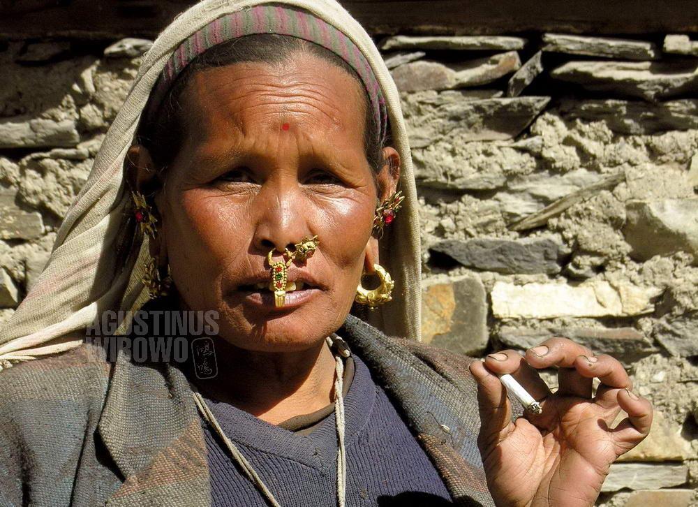 nepal-2005-annapurna-circuit-trekking-woman-muktinath-smoking-cigarette