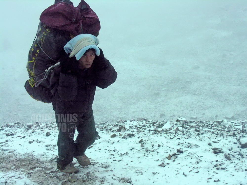 nepal-2005-annapurna-trekking-porter-snow-thorung-la-pass]