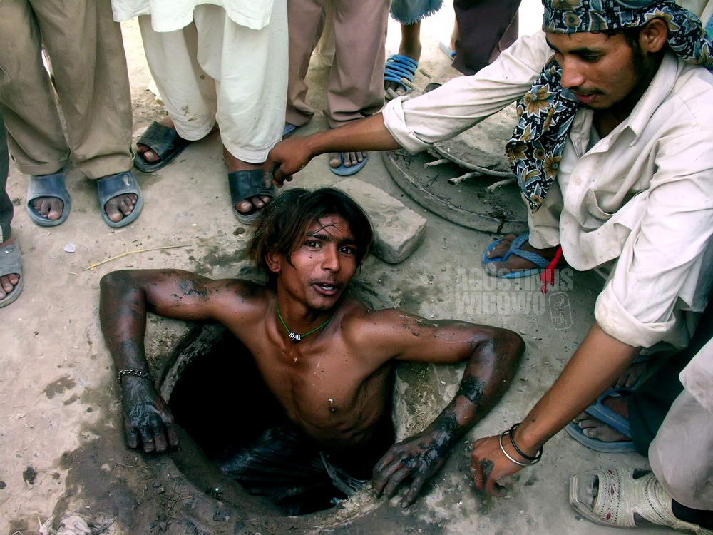 pakistan-2006-bahawalpur-christian-men-working-sewage