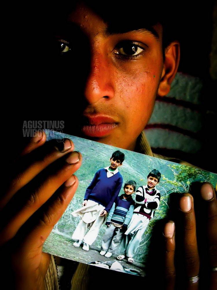 pakistan-2006-kashmir-earthquake-boy-photos-dead-brothers